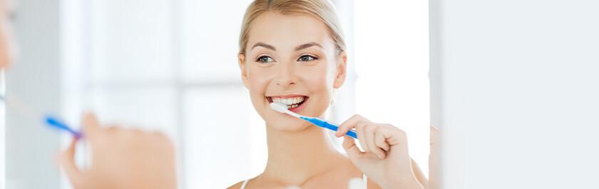 čistenie zubov pred zrkadlom
